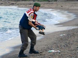 """Menino cujo cadáver deu à costa tornou-se no símbolo da crise de refugiados da Síria. Suspeitos sírios são acusados de """"causar a morte por negligência deliberada"""""""