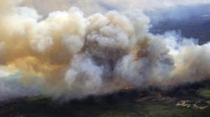 Chamas já destruíram mais de duas mil casas. Várias localidades foram evacuadas e 100 mil pessoas tiveram de ser retiradas da região
