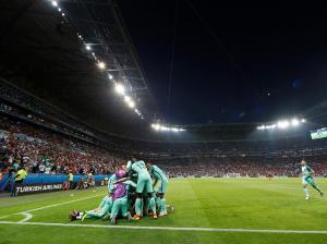 Ainda é o Portugal do cada um por si, que de vez em quando se lembra que é um país.