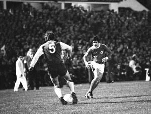 """Um jogo com os holandeses do Feyenoord, para a Taça dos Clubes Campeões Europeus, há 45 anos, forjou a expressão. O molde, contudo, foi feito antes com os """"encarnados"""" também en"""