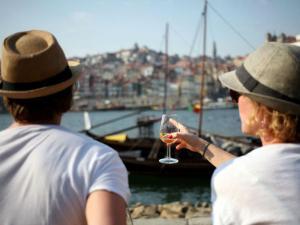 Unidade Fiscal da Guarda apreendeu garrafas furtadas da Casa do Douro, referentes à colheita de 1934 e engarrafadas em 1967. Foi ainda apreendido vinho de mesa e aguardente