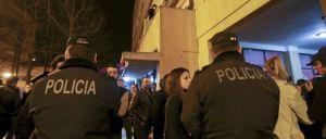 A PSP deteve um jovem de 17 anos, no sábado à noite, em Lisboa, por ter tentado atropelar um polícia e pelos crimes de furto e uso de viatura e condução sem habilitação legal, inf