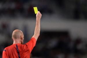 Um jogo do Canelas 2010 na boca de um árbitro.