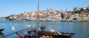Um jovem de 19 anos que terá caído ao rio Douro, na zona da Ribeira, foi resgatado esta tarde por meios de socorro, disse ao Notícias ao Minuto fonte do CDOS do Porto.
