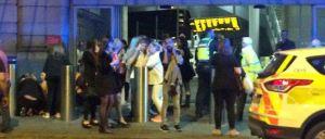 A imprensa britânica fala em dois 'estrondos_ intensos que causaram pânico generalizado no final de um concerto de Ariana Grande, em Manchester.