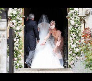 A irmã de Kate levou um vestido de Giles Deacon.