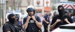A polícia francesa procura três homens suspeitos de estarem a preparar um atentado terrorista, tendo, neste âmbito, montado na segunda-feira à noite, uma aparatosa operação numa es