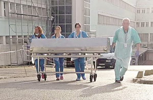 Corpos já caíram ao chão durante o percurso até à morgue, em Setúbal.