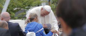 O papa Francisco abençoou hoje uma criança de 6 anos, que sofre de paralisia cerebral, à entrada do santuário de Fátima, mas sem sair do papamóvel, ao reparar num cartaz que a mãe