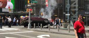 Um veículo ligeiro foi contra uma multidão numa zona pedonal na Times Square. Há pelo menos um morto.