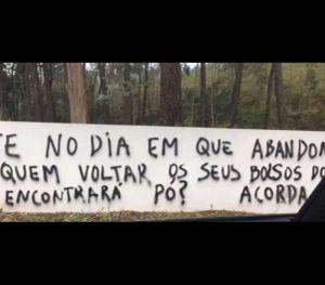 Várias frases foram escritas nas paredes do condomínio privado onde o presidente do FC Porto reside.
