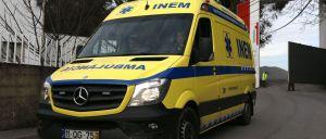 A PSP e a GNR estão à procura de um homem que fugiu hoje de manhã de uma ambulância junto ao Hospital de São João, no Porto, roubou uma viatura e colocou-se em fuga, disseram fonte