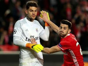 Guarda-redes regressou a Lisboa depois de assinar por cinco temporadas, acordo será oficializado em breve