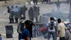 Um jovem de 17 anos morreu hoje, depois de oficiais das forças de segurança atacarem, a tiros, uma manifestação da oposição, em Altamira, Chacao, no leste de Caracas.