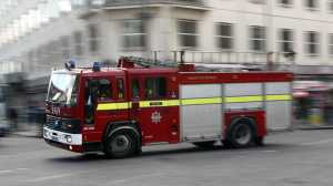 Jovem é a única vítima mortal do incêndio que deflagrou esta madrugada num edifício de apartamentos em Londres.