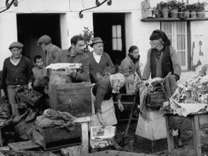 Imagens históricas da revista Life. Populares salvam pertences depois das cheias de 1967